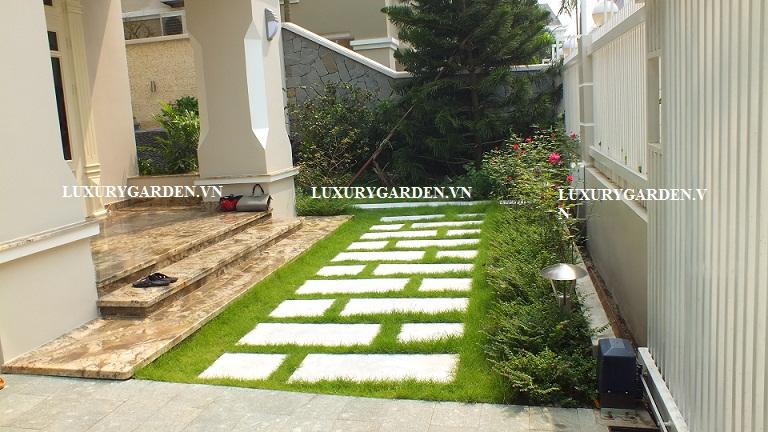 Một góc sân vườn Creative garden với đá lát và cỏ xanh