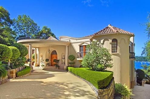 Căn nhà được trang trí theo phong cách Riviera kết hợp với cảnh quan đẹp