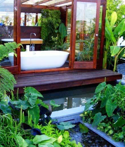 sân vườn Đông Nam Á, nhà thiết kế đã sắp đặt hai khối trồng cây cạnh nhau bẻ góc
