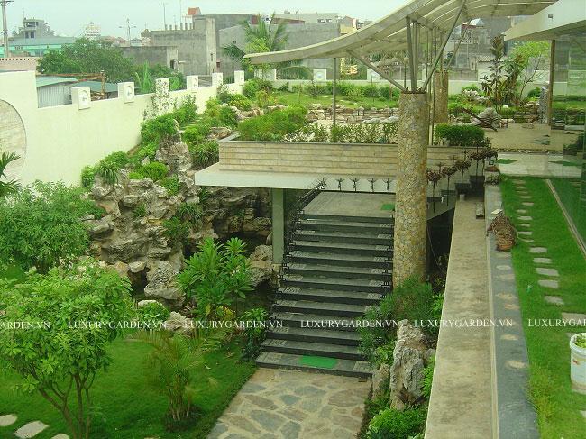 Cả trên tầng 2 và xung quanh căn biệt thự được tranh trí bởi cây cảnh và thảm cỏ
