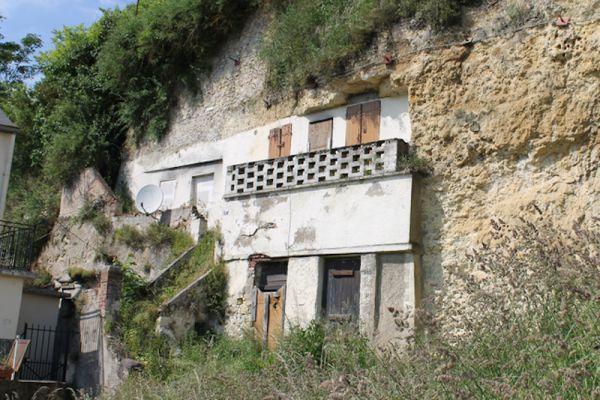 Ngôi nhà này lại chìm trong đá