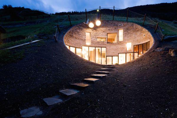 Ánh đèn từ bên trong tạo ra một sự kết hợp kỳ lạ trong một chỏm đất