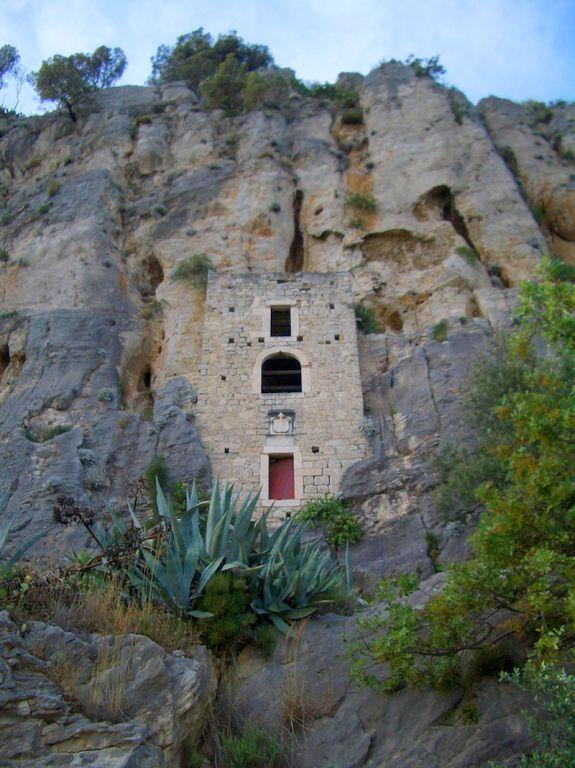 Như một tòa lâu đài cổ in sâu vào vách đá ở Tây Ban Nha