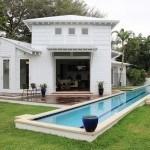 Bể bơi dài chiếm vị trí lớn bên cạnh ngôi nhà
