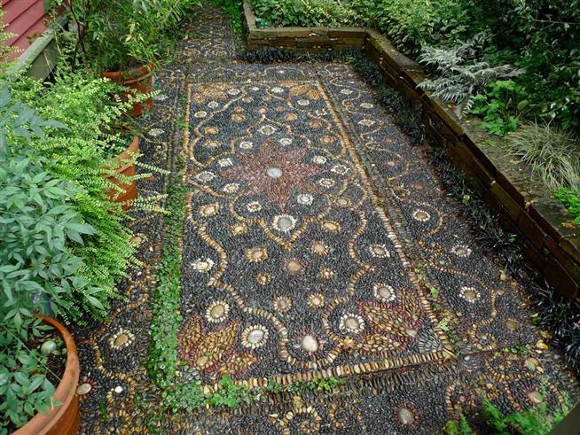 Sân vườn Châu Âu kết hợp nghệ thuật mosaic mang đến sự mới lạ