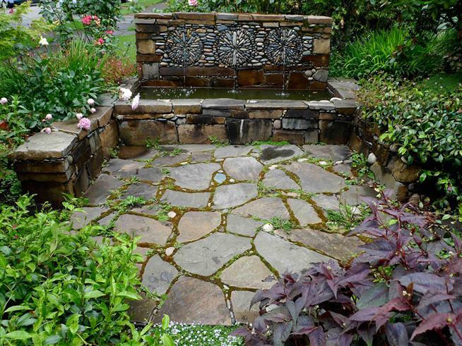 phong cách vườn châu âu Tường phun nước đơn sơ mà đẹp làm sao