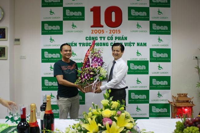 Khách mời tặng hoa ban giám đốc