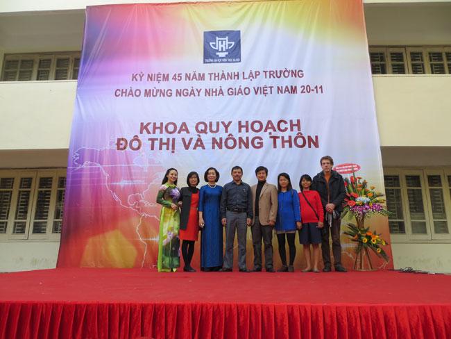 Tặng hoa ngày 20-11 tại ĐH Kiến trúc Hà Nội