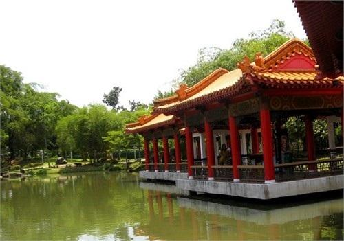 Vườn Trung Quốc với những hàng rào mắt cáo có chức năng như những khung cửa sổ của khu vườn