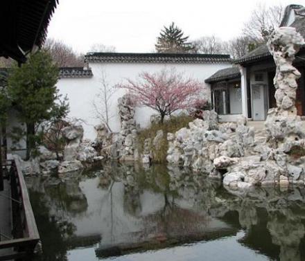 Trong những khu vườn có tường bao quanh, những khung cửa sổ trống