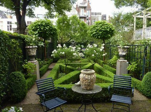 """Bố cục và đường nét của vườn châu Âu thường rất mạnh mẽ mang tính chất của """"hình khối"""""""