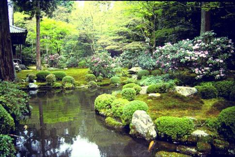 Trong vườn Nhật, đất là vật liệu làm nền cho cho những chất liệu căn bản như đá