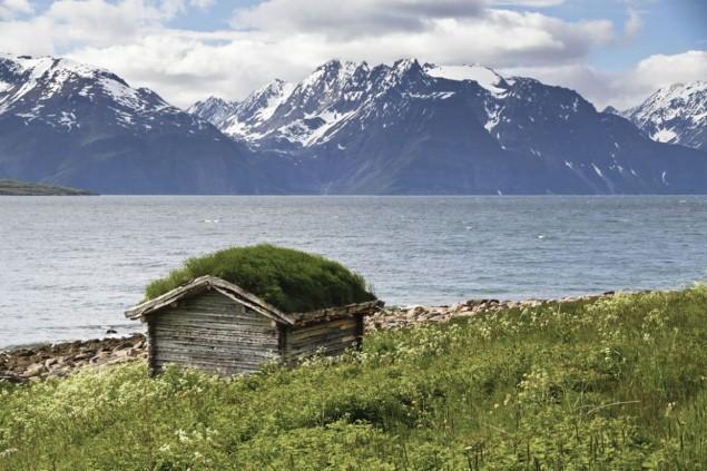 Ngôi nhà cổ tích bên bờ sông Lyngen Fjord, Na Uy